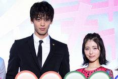 映画「センセイ君主」スペシャルステージイベントでの竹内涼真(左)と浜辺美波(右)。