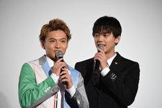 ネタバレをしそうになり、慌てる佐藤大樹(左)。
