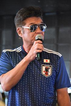 サッカーの日本代表ユニフォームを着用した小沢仁志。