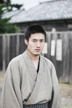 飯田芳演じる小川義雄。
