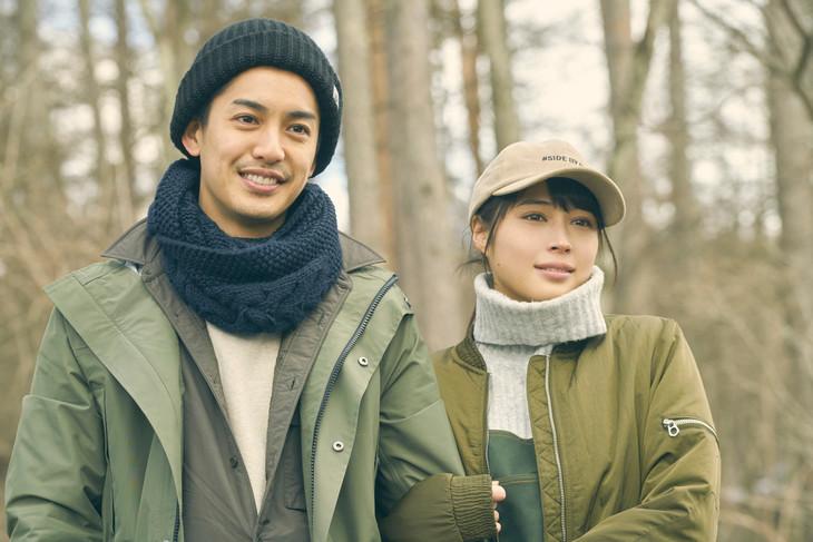 「旅猫リポート」より、大野拓朗演じる杉修介(左)、広瀬アリス扮する千佳子(右)。