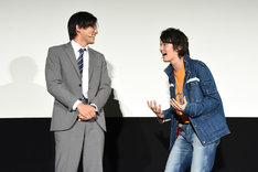 小澤雄太(左)に口を挟まれ、「こら! 僕がしゃべる番!」と言う濱田龍臣(右)。