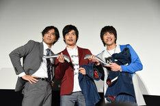 プレゼント贈呈後、記念撮影をする小澤雄太(左)、平田雄也(中央)、小池亮介(右)。