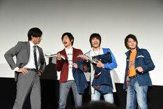 小澤雄太(左)たちの記念撮影に参加しようとする濱田龍臣(右)。