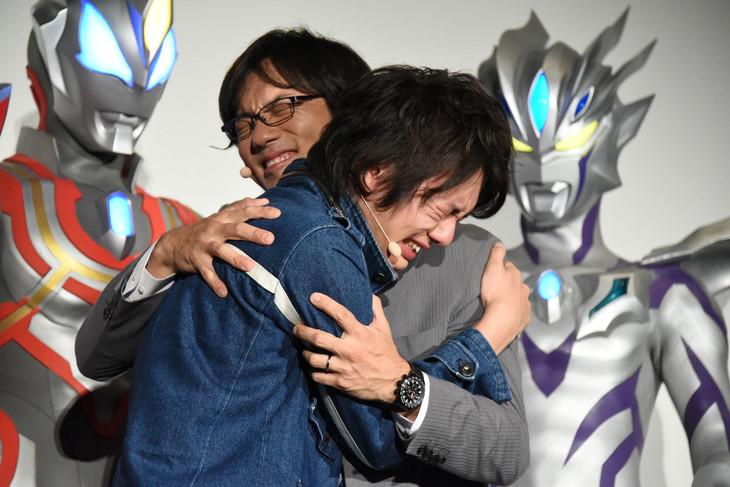 抱擁を交わす濱田龍臣(左)と小澤雄太(右)。