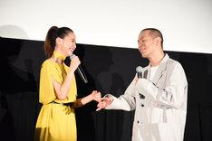 犬童一心と沢尻エリカ(左)のやり取りを聞いて、なぜか感極まってしまった峯田和伸(右)。