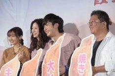 「キスできる餃子」公開記念舞台挨拶の様子。