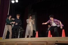 反復横跳びをする横浜流星(右端)を応援する共演者たち。
