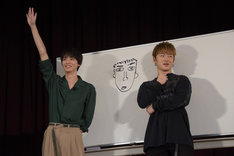 高杉真宙(左)が描いた佐野玲於(右)の似顔絵。