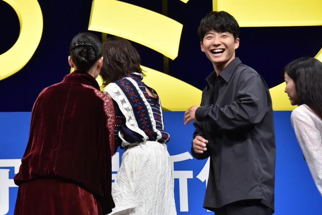 客席バックの撮影のため観客が身なりを整えていると聞き、笑顔で振り返る星野源(右から2番目)。