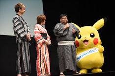 左から山寺宏一、松本梨香、矢嶋哲生、ピカチュウ。