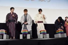 ほかのキャストたちに瓦割りのコツを伝授する横浜流星(右端)。