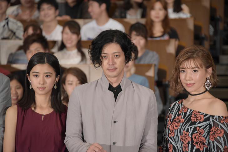 「連続ドラマW イアリー 見えない顔」完成披露試写会の様子。左から黒島結菜、オダギリジョー、仲里依紗。