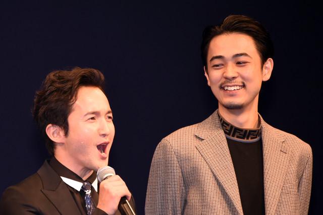 左から浅利陽介、成田凌。