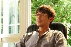 「響-HIBIKI-」より、吉田栄作演じる大物小説家・祖父江秋人。