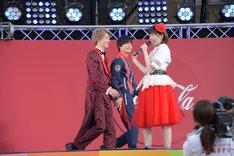 手をつないで再登場した伊藤あさひ(左)と結木滉星(中央)。