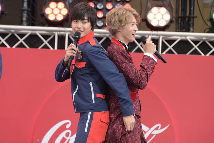 くっつくシーンを再現する結木滉星(左)と伊藤あさひ(右)。
