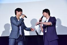 カップ焼きそばのふたに付いた加薬を弾き落とすシーンについて話す中川大志(左)と横浜流星(右)。