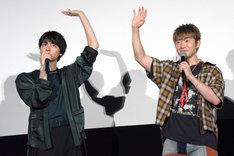ライブビューイングのカメラに手を振る高杉真宙(左)、佐野玲於(右)。