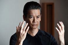 唐沢寿明演じる折壁嵩男。