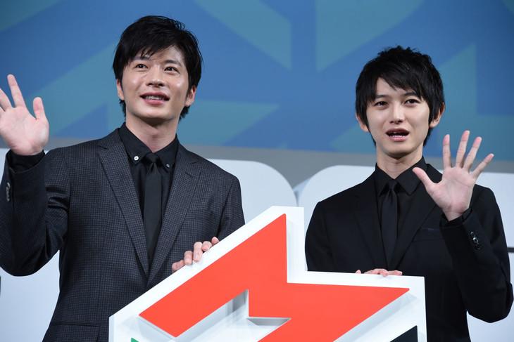 左から田中圭、本郷奏多。