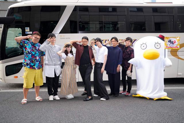 左から福田雄一、三浦春馬、橋本環奈、小栗旬、菅田将暉、柳楽優弥、戸塚純貴、エリザベス。