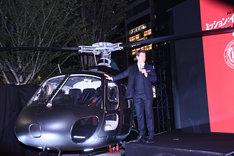 ヘリコプターの操縦を振り返るトム・クルーズ。