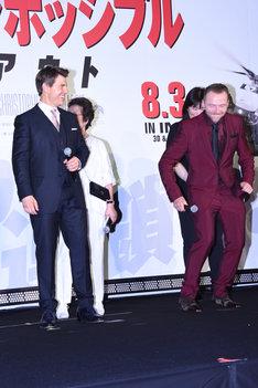 走るトム・クルーズのまねをするサイモン・ペッグ(右)。
