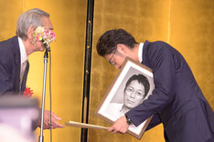 遺影とともに出席した大杉漣の長男・大杉隼平(右)。
