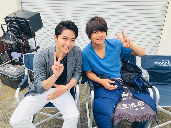 「青夏 きみに恋した30日」オフショット。左から佐藤寛太、佐野勇斗。