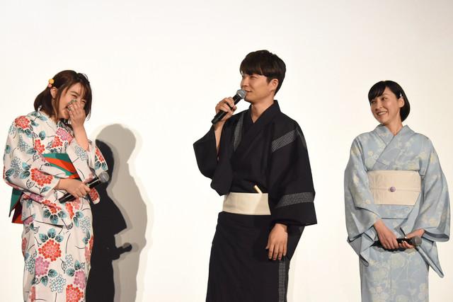星野源(中央)のコメントに笑う、上白石萌歌(左)と麻生久美子(右)。