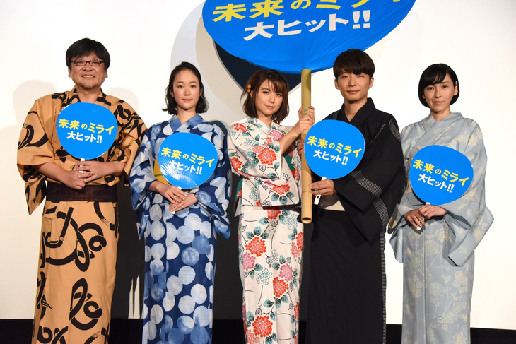 映画「未来のミライ」初日舞台挨拶の様子。左から細田守、黒木華、上白石萌歌、星野源、麻生久美子。