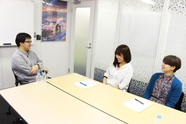左から堀雄太、小原まりこ、友澤優帆。