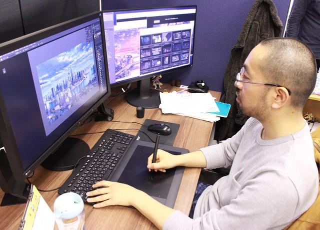 「上海恋」の美術監督を務めた渡邉丞の作業風景。