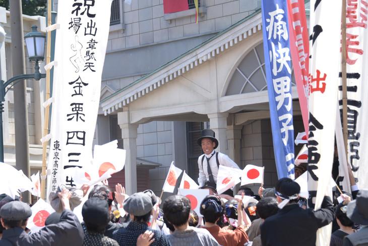 大河ドラマ「いだてん」撮影現場にて、金栗四三役の中村勘九郎(中央奥)。