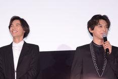 「皆さんの顔がにぎやかで……」という吉沢亮(右)の発言に笑う福士蒼汰(左)。