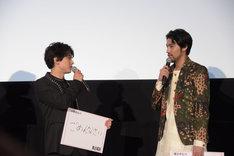 左から吉沢亮、小柳友。