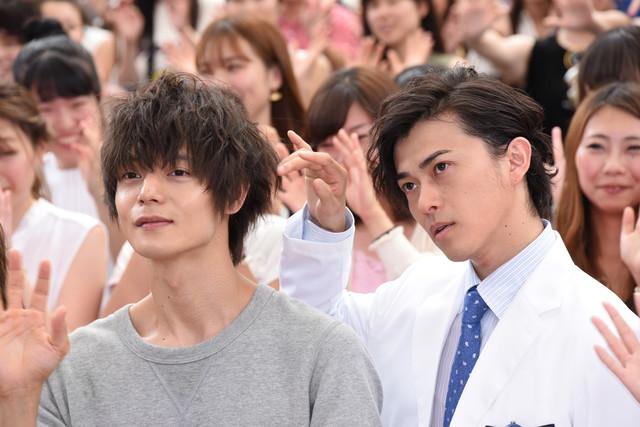 フォトセッション中に窪田正孝(左)の後ろ髪を触る勝地涼(右)。