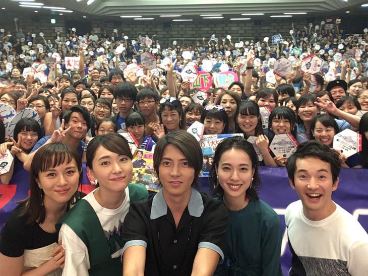 大阪会場にて、山下智久(中央)が自撮り棒で記念撮影する様子。