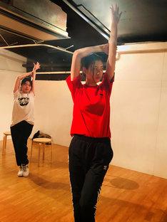 ダンスの練習に励む三吉彩花。
