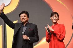 左から三浦友和、綾瀬はるか。