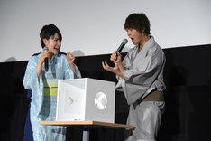 セミの模型の感触におびえる佐野勇斗(右)。