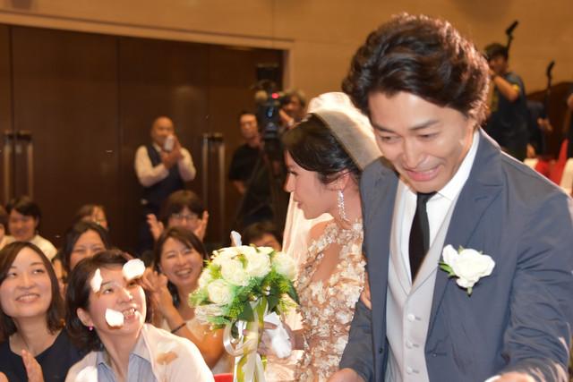 左からナッツ・シトイ、安田顕。