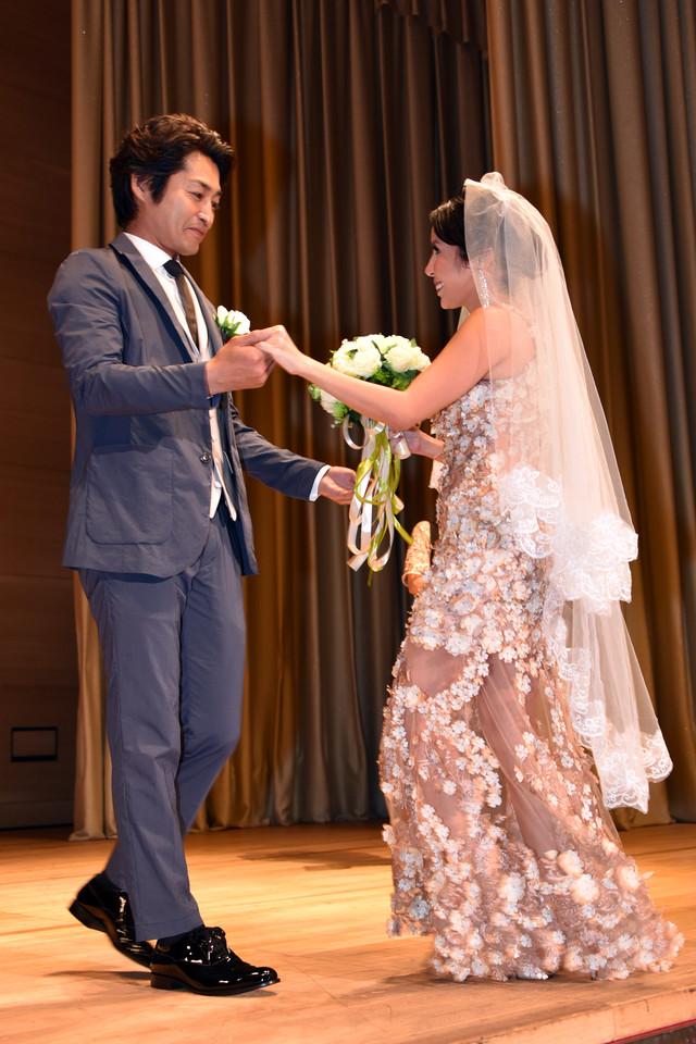ナッツ・シトイ(右)の手を取る安田顕(左)。
