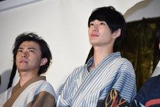 左から勝地涼、岡田将生。
