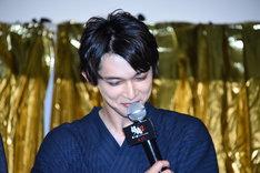 自身の出演シーンを「めっちゃカッコよかった」と自画自賛したあと、恥ずかしそうに顔を伏せる吉沢亮。