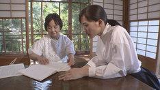 左から鈴木政子氏、綾瀬はるか。