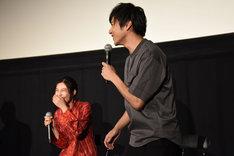 恒松祐里(左)の発言に立ち上がって大笑いする山田裕貴(右)。