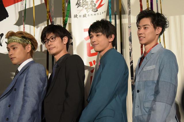 左から柳楽優弥、三浦春馬、吉沢亮、戸塚純貴。