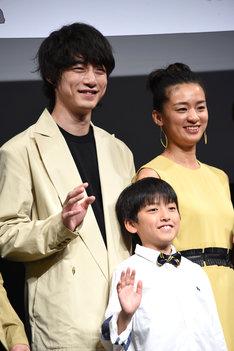 左から坂口健太郎、篠原湊大、尾野真千子。